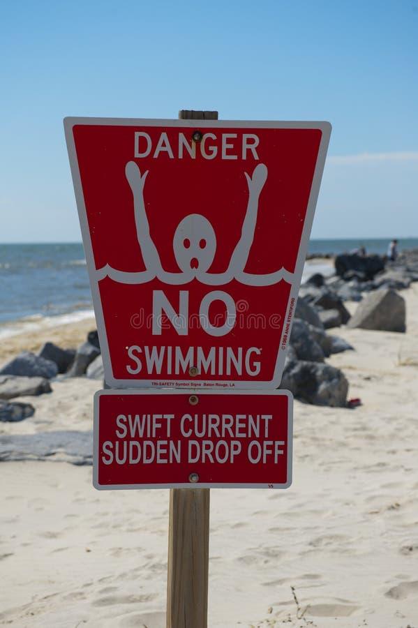 Perigo nenhum sinal da natação imagens de stock