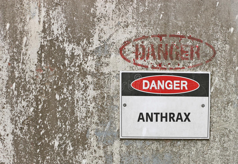 Perigo, sinal de aviso do antraz no fundo industrial fotos de stock