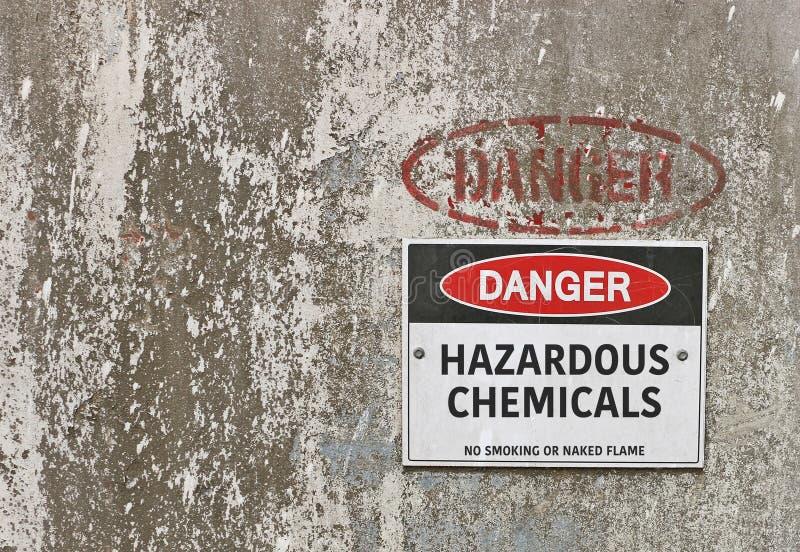 Perigo vermelho, preto e branco, sinal de aviso perigoso dos produtos químicos foto de stock