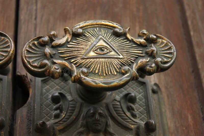 Perilla de puerta con todo el ojo que ve encendido imágenes de archivo libres de regalías