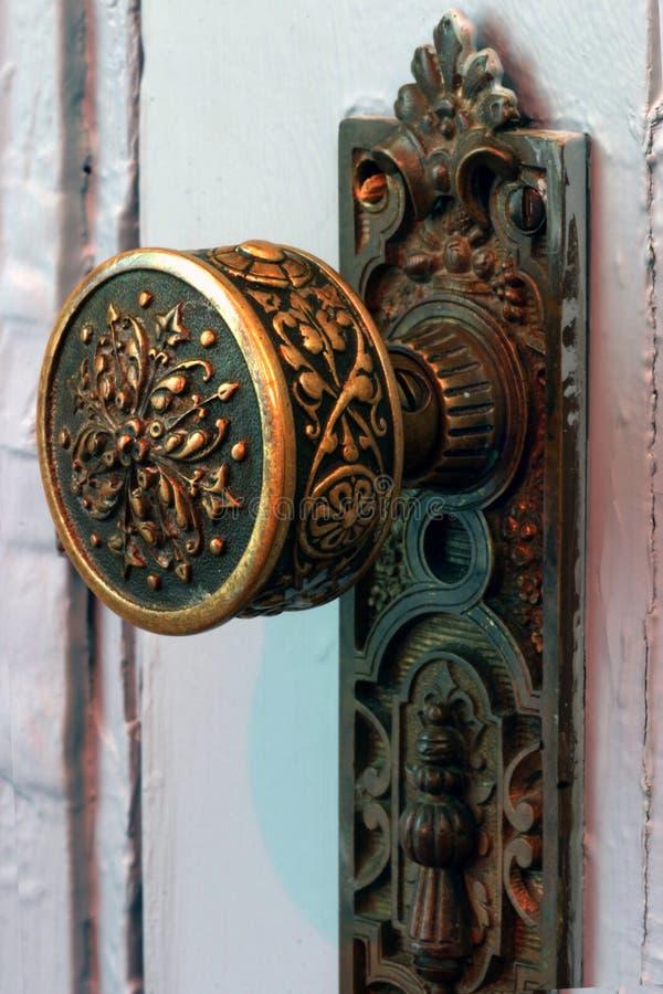 Perilla de puerta de cobre amarillo antigua fotografía de archivo libre de regalías