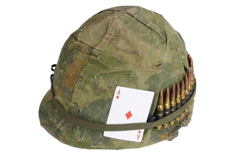 Period för vietnamkriget för hjälm för USA-armé med kamouflageräkningen, ammobältet och amuletten som spelar kortöverdängaren av  royaltyfria bilder