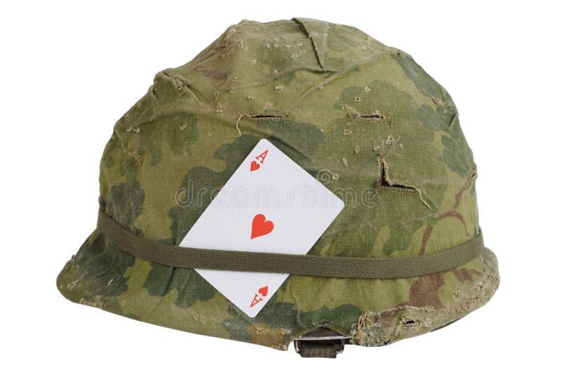 Period för vietnamkriget för hjälm för USA-armé med kamouflageräknings- och ammobältet och amuletten - överdängare av hjärtor som royaltyfri foto