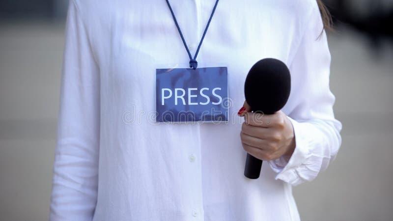 Periodista con micrófono para el carné de prensa, preparándose para la entrevista imágenes de archivo libres de regalías