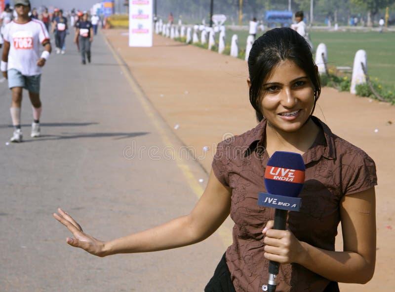 Periodista de sexo femenino joven foto de archivo