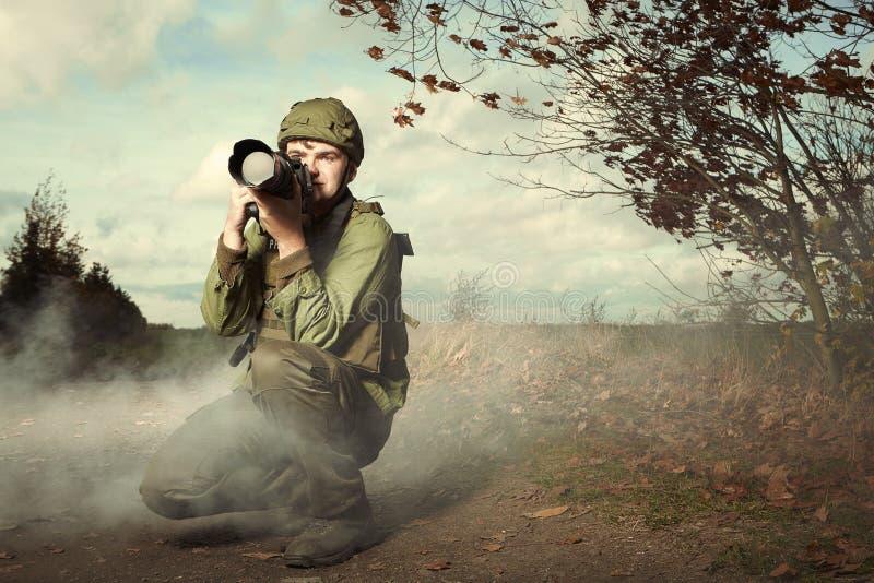 Periodista en zona del conflicto de la guerra foto de archivo