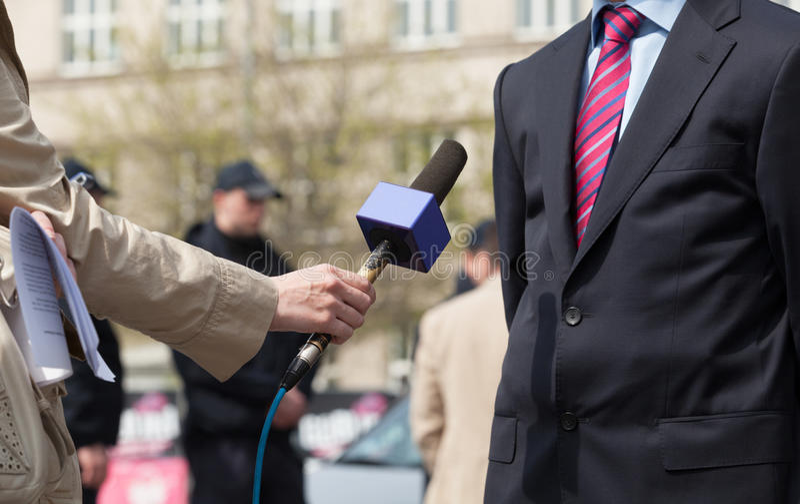 Periodista que hace entrevista de los medios imagen de archivo