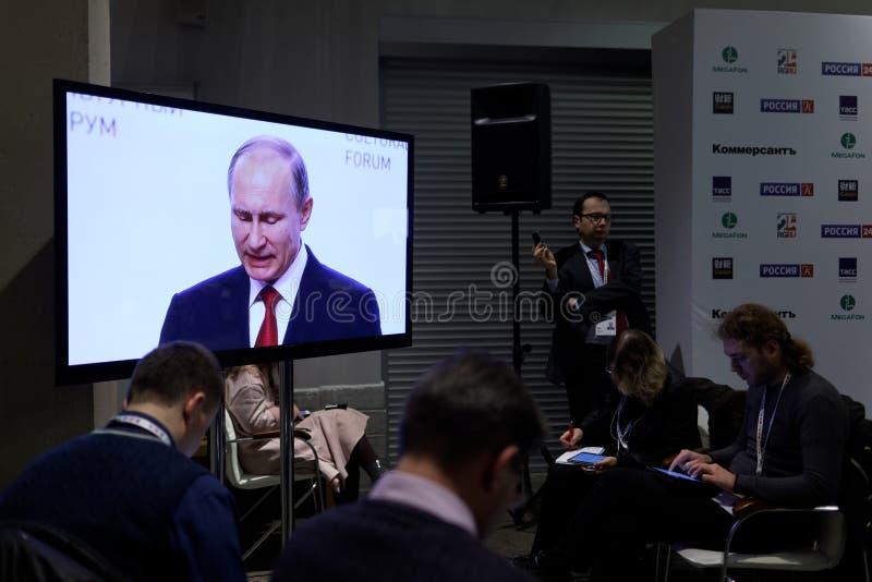 Periodistas que trabajan durante el discurso de presidente Putin foto de archivo libre de regalías