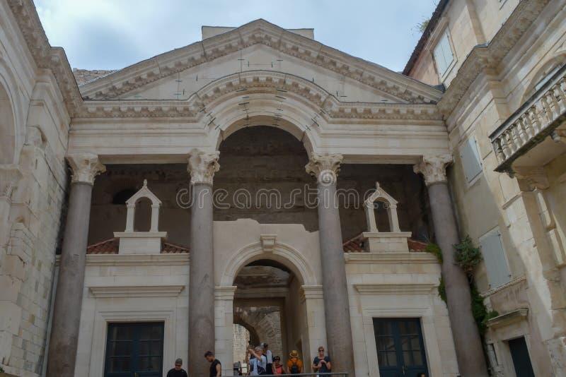 Peristil del palacio de Diocletian en fractura el 15 de junio de 2019 Algunos episods del juego de tronos filmaron t fotografía de archivo libre de regalías