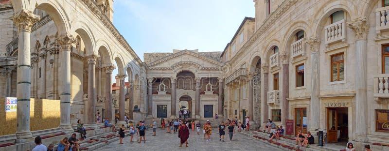 Peristilen p? Diocletians slott royaltyfri fotografi