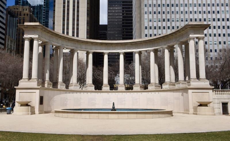 Peristilo del monumento del milenio en el cuadrado de Wrigley imagenes de archivo