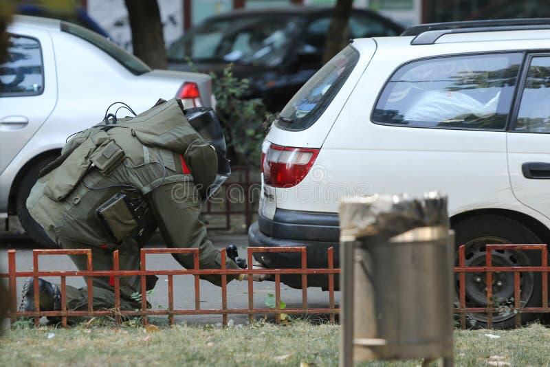 Perito da eliminação de bomba no terno da bomba para o disposa explosivo da ordenança fotografia de stock