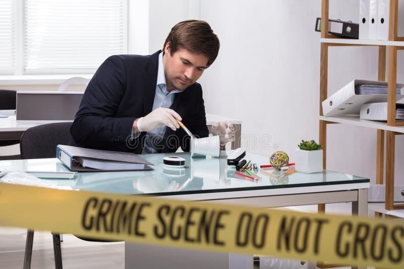 Perito em medicina legal que procura pela evidência do crime foto de stock