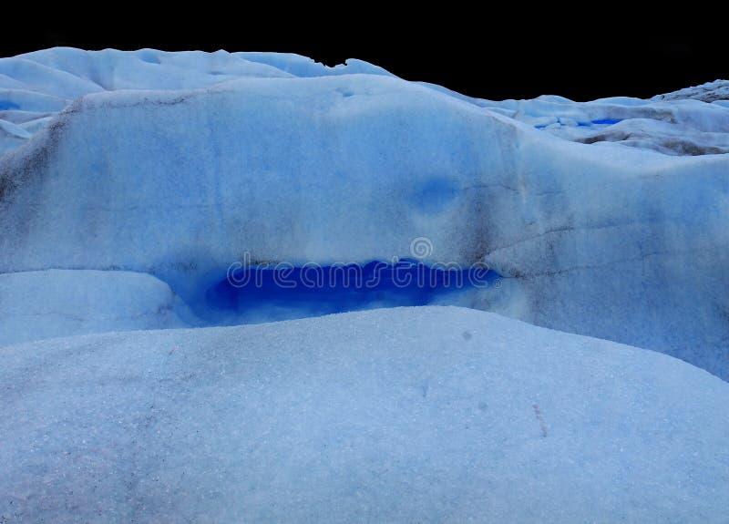 Perito Moreno Glacier Cracks com drenos e um rio interno pequeno, Calafate Argentina imagem de stock
