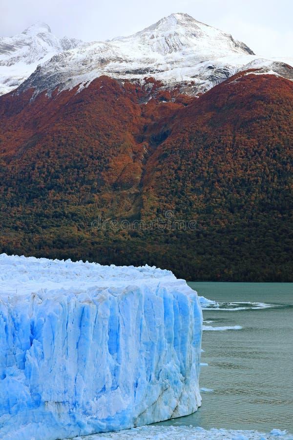 Perito Moreno Glacier en el lago Argentino con las montañas coronadas de nieve en el contexto, Patagonia, la Argentina, Suraméric foto de archivo libre de regalías