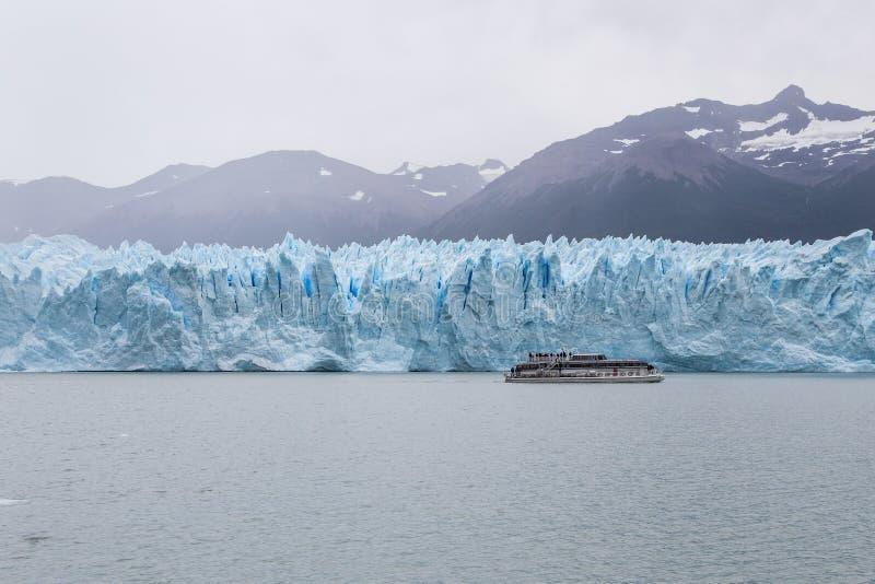 Perito Moreno Glacier i lugn på nationalparken för Argentina ` s Los Glaciares royaltyfria bilder