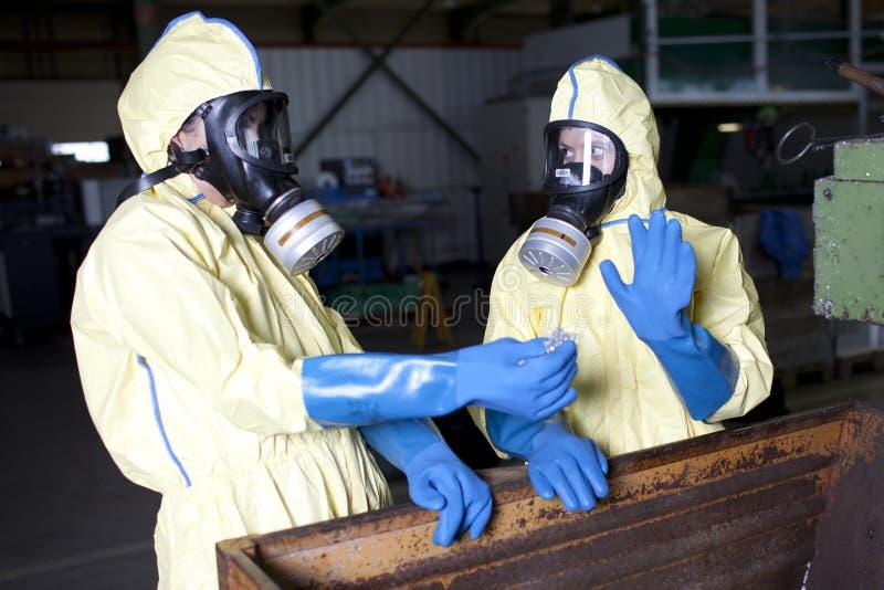 Peritos de Biohazard que dispor o material infestado fotos de stock