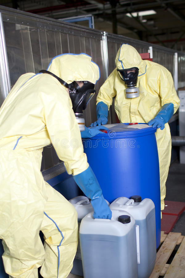 Peritos de Biohazard que dispor o material infestado imagem de stock