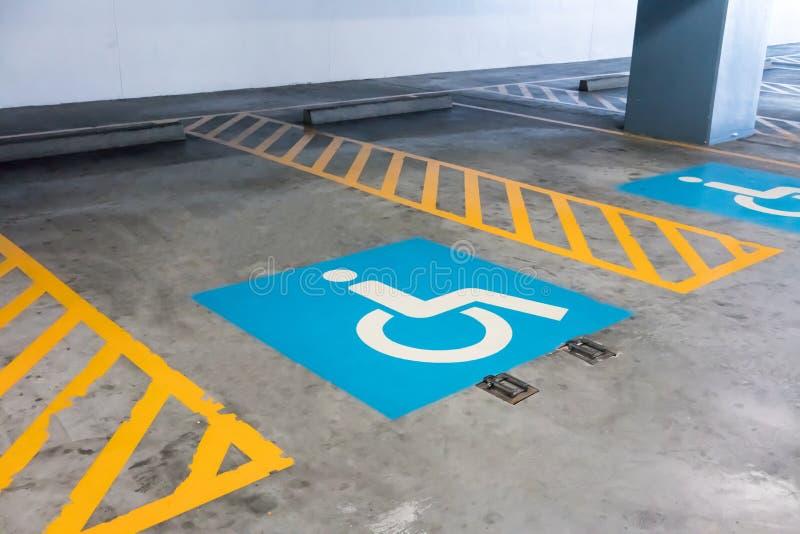 Perjudique la muestra y las rayas amarillas en piso del cemento en aparcamiento imagen de archivo libre de regalías