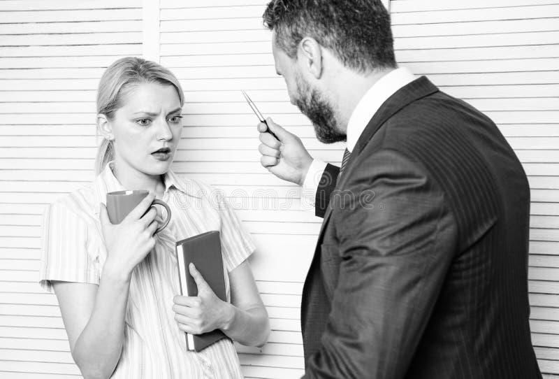 Perjuicio y actitud personal respecto al empleado Conversaci?n o pelea tensa entre los colegas Boss discrimina femenino imagenes de archivo