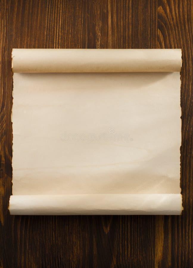 Perkamentrol op hout stock foto