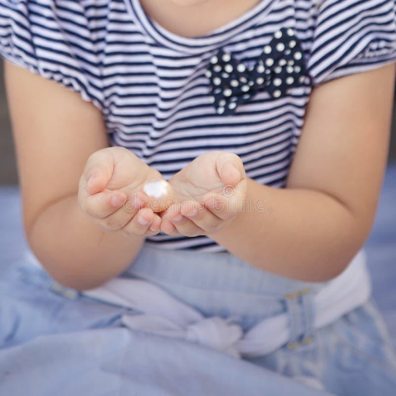 Perl w dziewczyny ` s rękach fotografia royalty free