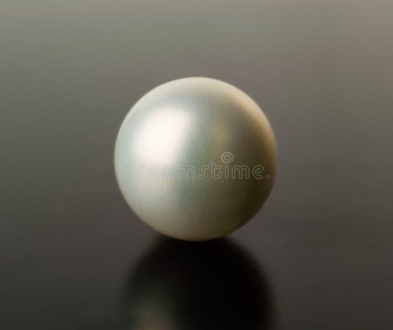 Perla blanca en un fondo negro fotos de archivo libres de regalías