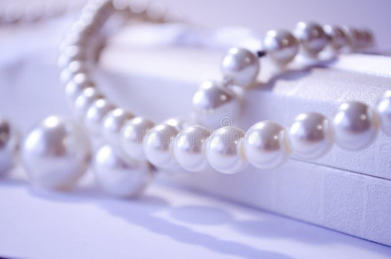perla Collar de la perla Un collar blanco como la nieve de la perla Joyería para las muchachas Joyería para las mujeres Collar de imagen de archivo