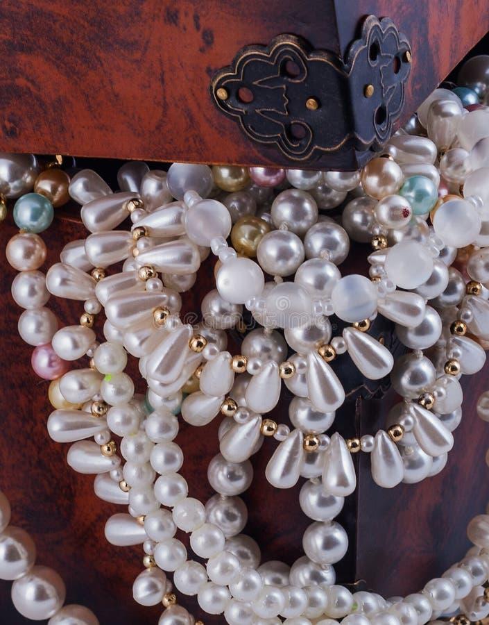 Perla de la pulsera del diamante de la joyería del cofre del tesoro imagenes de archivo