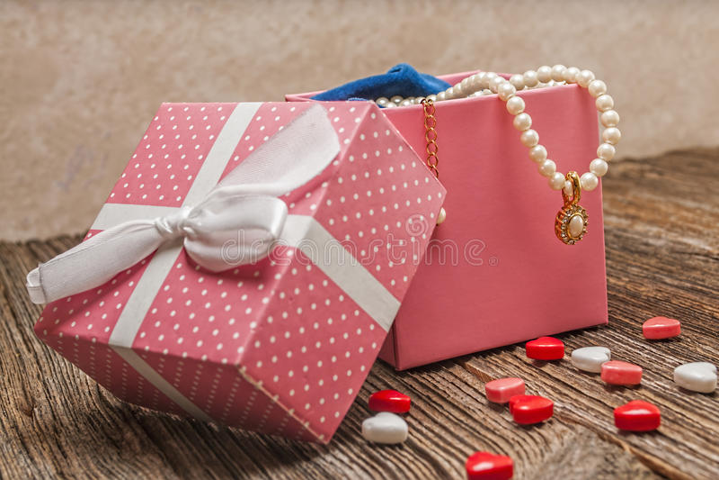 Perla del día de tarjetas del día de San Valentín, diamante, necklase, regalo foto de archivo libre de regalías