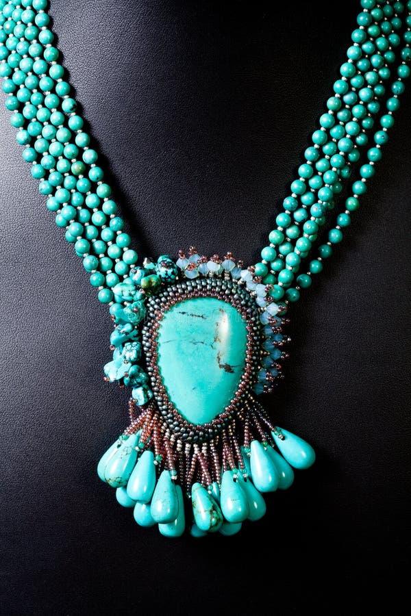 Perla e collana stabilita della pietra verde fotografie stock libere da diritti