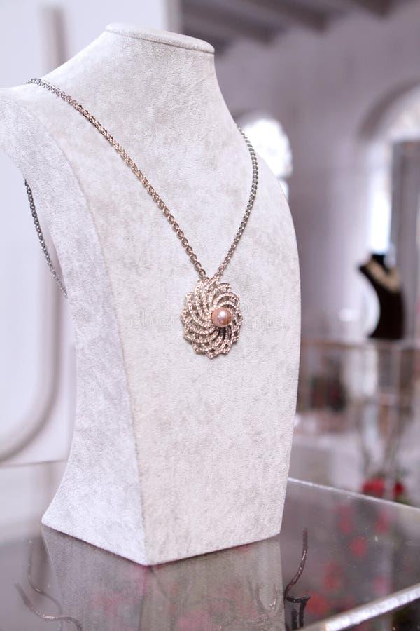 Perla rosa dell'oro sulla collana di diamante fotografie stock libere da diritti
