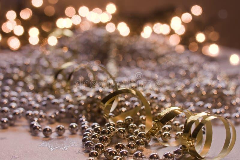 Perlas brillantes del oro y de la plata imagen de archivo libre de regalías