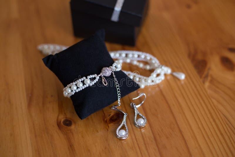 Perlas de la joyería de la boda fotografía de archivo