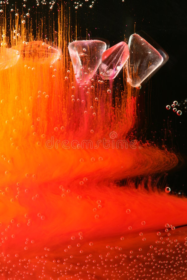 Perlas en líquido colorido imagen de archivo libre de regalías