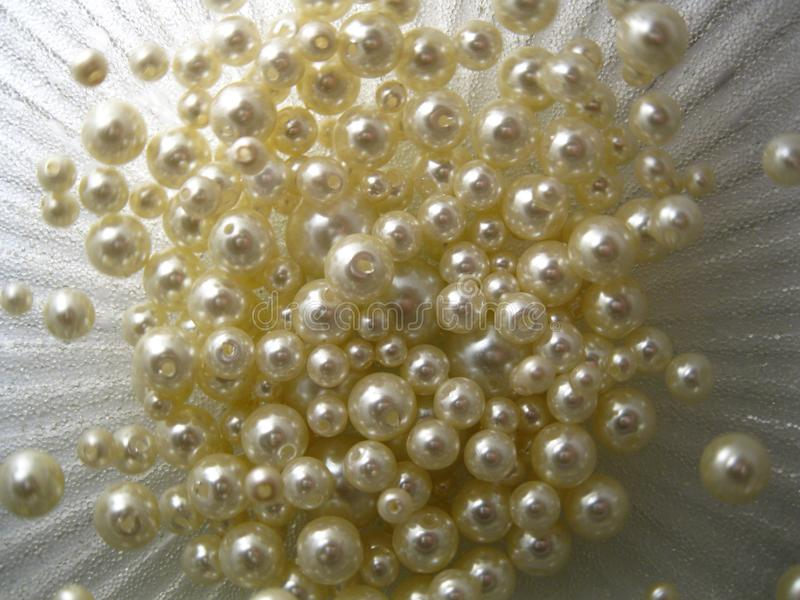 Perlas en un fondo plateado stock de ilustración
