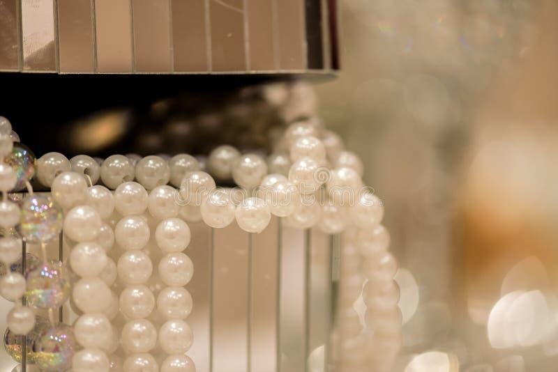 Perlas en una caja fotos de archivo libres de regalías