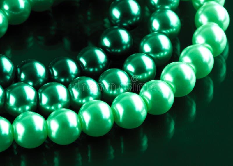 Perlas teñidas verde fotografía de archivo
