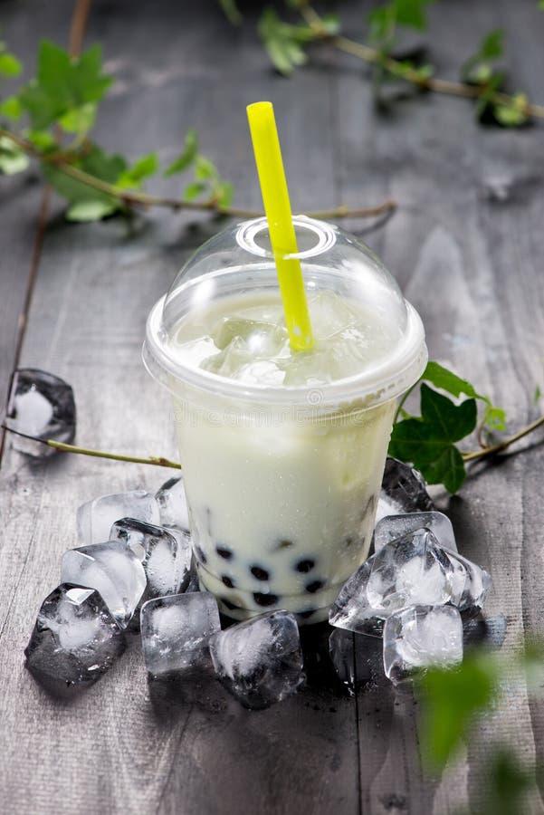 Perlas verdes de la tapioca del té y del negro de la burbuja del matcha en el hielo machacado fotos de archivo libres de regalías