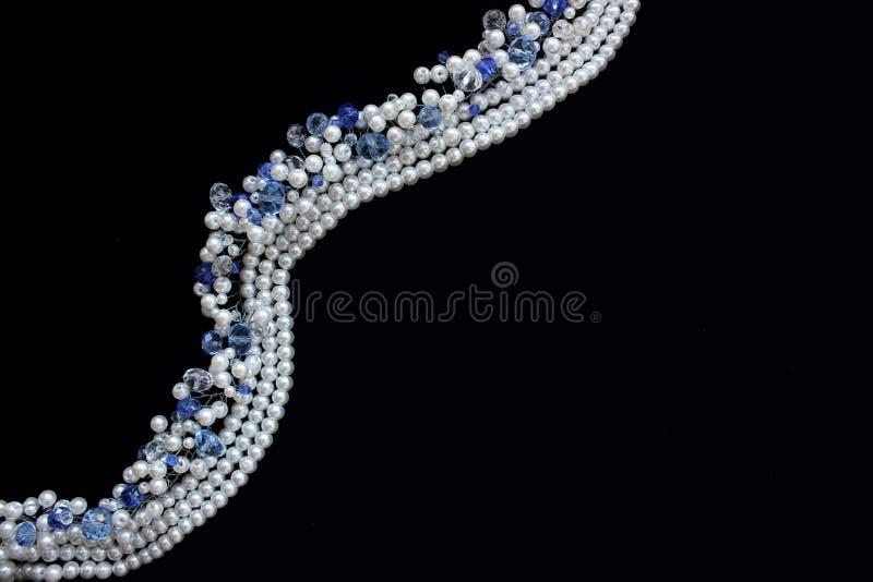 Perle bianche e cristalli blu immagini stock