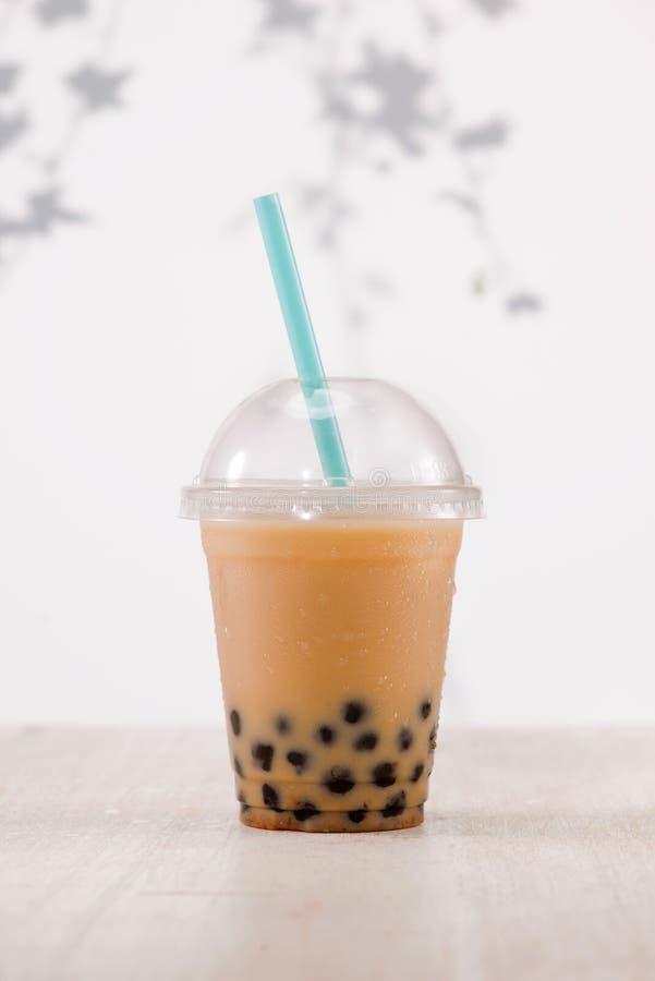 Perle cremose marrone chiaro della tapioca del tè e del nero della bolla nel plast fotografia stock