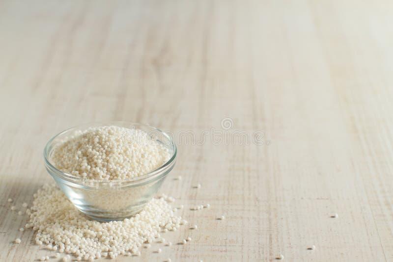 Perle crude della tapioca su una tavola immagini stock libere da diritti