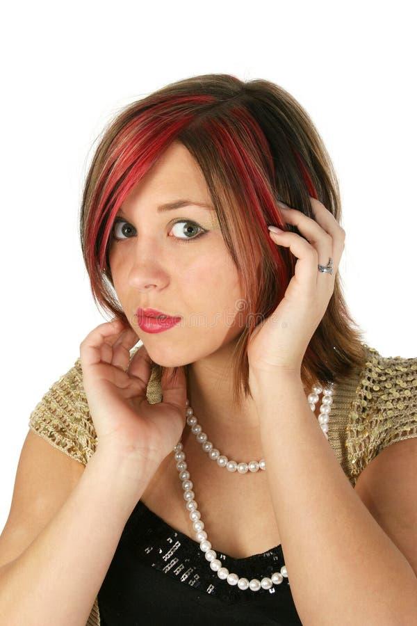 Perle da portare della bella ragazza fotografia stock libera da diritti