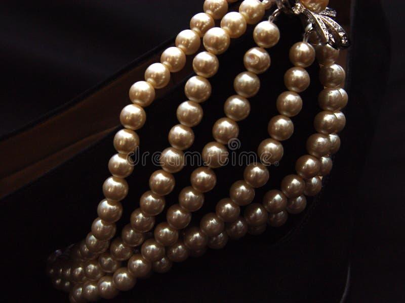Perle del primo piano su pelle scamosciata fotografie stock