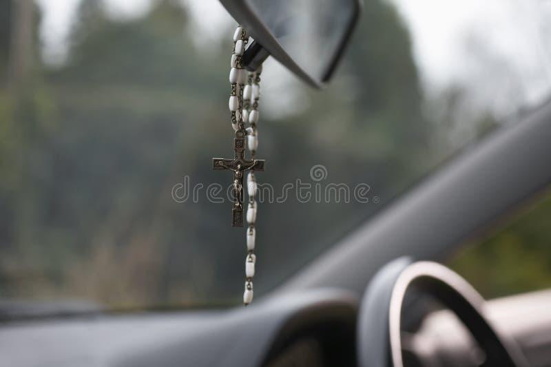 Perle del rosario che appendono in automobile immagini stock