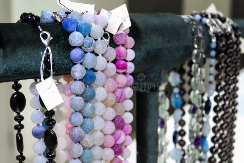 Perle del ` s delle donne delle pietre semipreziose Vetrina nel negozio immagini stock