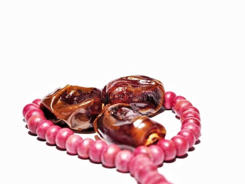 Perle della frutta o di kurma e di preghiera della data su fondo bianco immagini stock libere da diritti
