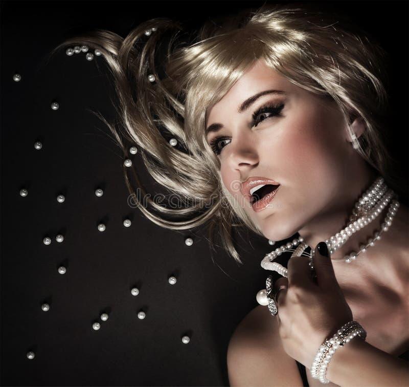 Perle della perla strappate femmina immagine stock libera da diritti
