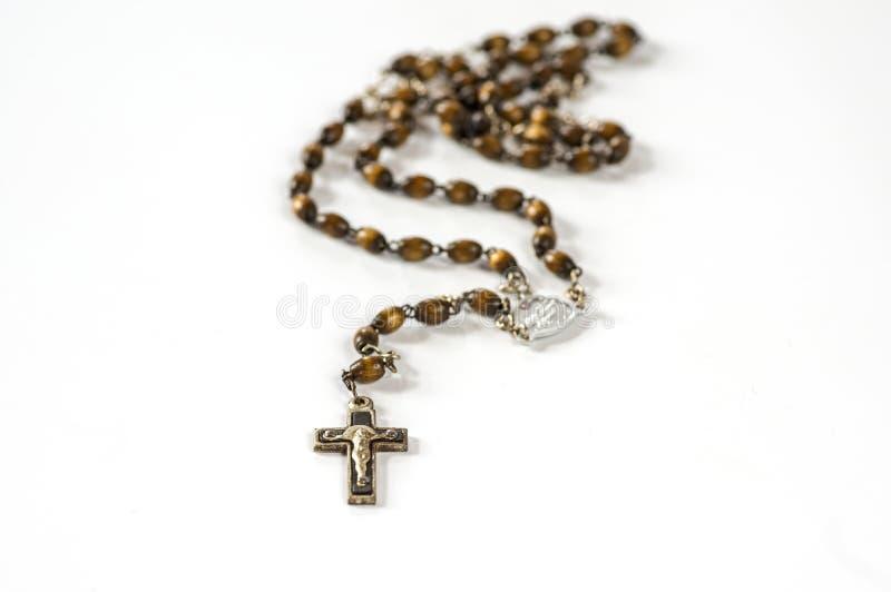 Perle di legno del rosario su bianco immagini stock libere da diritti