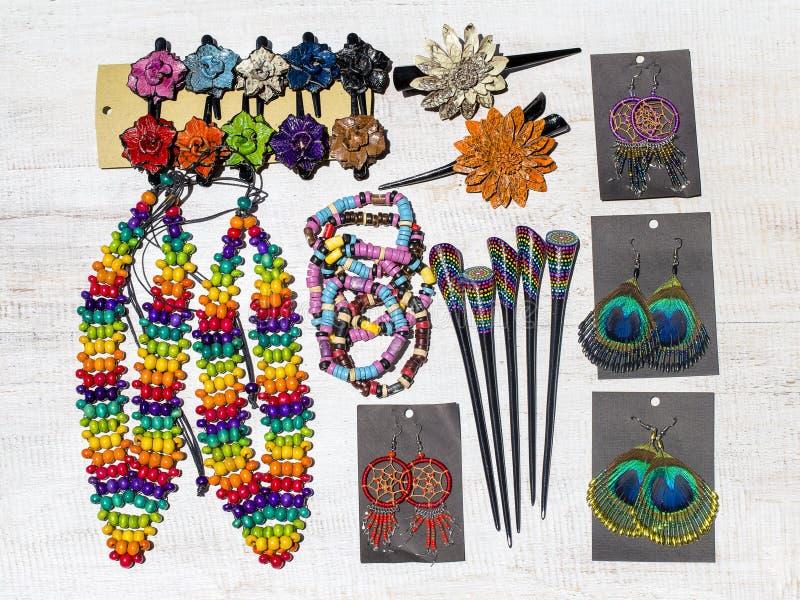 Perle di legno variopinte collana, braccialetti, forcelle ed orecchini su fondo di legno bianco immagini stock libere da diritti